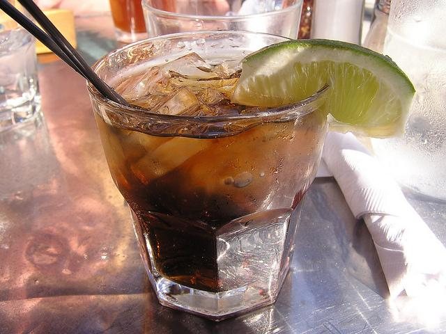 preparare cocktail in casa - cuba libre