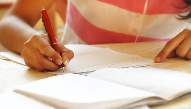 studentessa prende appunti