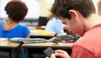 Vietato lo smartphone in classe: scopri dove!