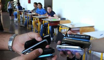 Maturità col cellulare, ora rischia l'esame