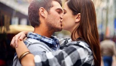 Come dare il primo bacio? Consigli per baciare la prima volta