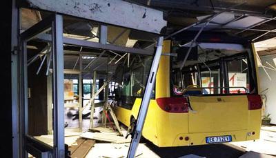 Studenti rubano autobus e li lanciano contro la scuola: arrestati
