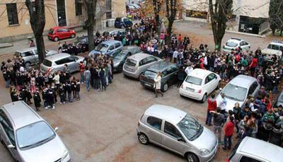 Scuola, cortili da incubo: in 1 caso su 3 è un parcheggio
