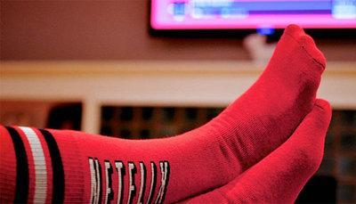 Netflix e i calzini che mettono in pausa le serie tv se ti addormenti