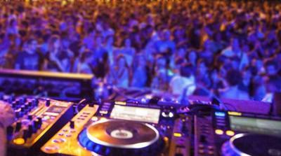 """Alcool a fiumi, spray al peperoncino e pochissimi controlli: in discoteca si """"balla"""" col pericolo"""
