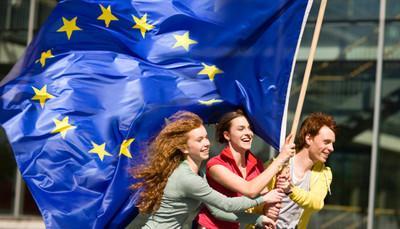 L'UE piace ai giovani: 8 su 10 si sentono cittadini europei. Irrinunciabile la libera circolazione per vacanze e studi