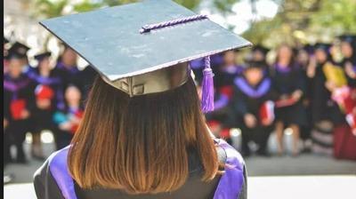 Invita i genitori alla laurea, ma era una bugia: studentessa scappa in treno