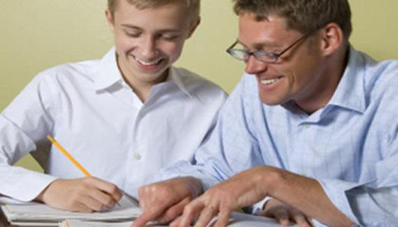 Compiti a casa, meglio farli con i genitori