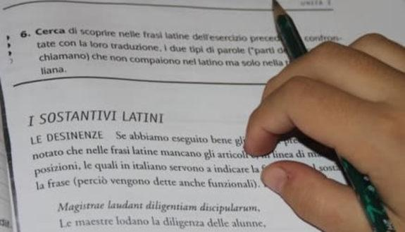 Latino, un'ora anche alle medie