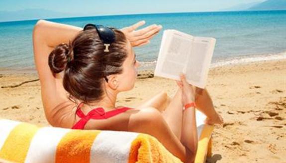 Libri per le vacanze, il 25% ne legge più di 5