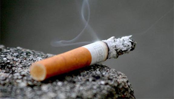 Fumano a scuola, preside elimina porte dei bagni