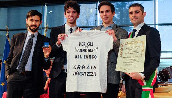 """Premiati """"Gli angeli del fango"""" di Parma"""