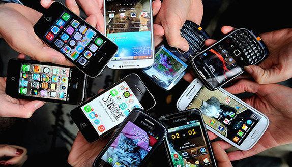 Cellulari in cattedra, i prof possono farlo?