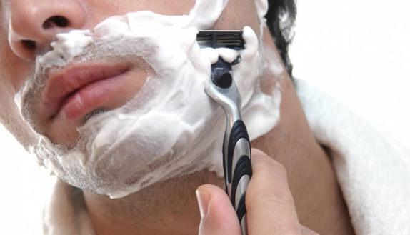 Pelle maschile, barba e brufoli: evita problemi