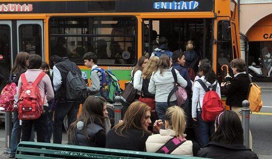 Fuma sull'autobus per la scuola: scatta la rissa