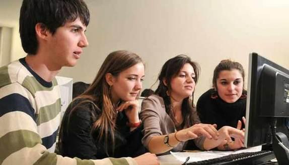 Studenti mettono le mani sul registro del prof