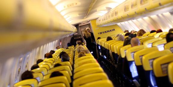 Offerta di lavoro Ryanair: i recruiting days per ricerca assistenti di volo