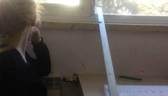 Si stacca la finestra studentessa si ferisce