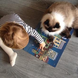 20 foto che provano come i bambini abbiano bisogno di un gatto!