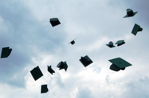 Invita tutti alla sua laurea, ma prende e scappa