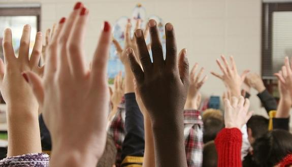 Interrogazioni per alzata di mano? Metodo sbagliato: la scuola lo vieta