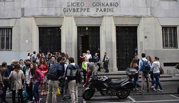 Prof insulta i gay in classe: studenti in rivolta