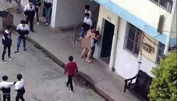 Prof si spoglia e stupra studentessa in pubblico