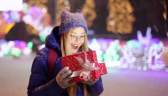 Bambini Che Scartano I Regali Di Natale.10 Segni Che Il Natale E In Arrivo