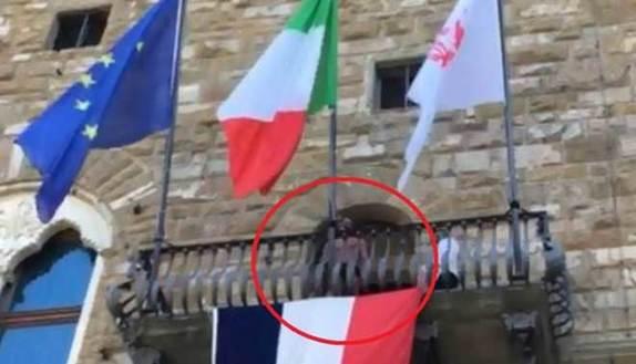 Studente in mutande a Palazzo Vecchio, prof costretta a pagare la multa