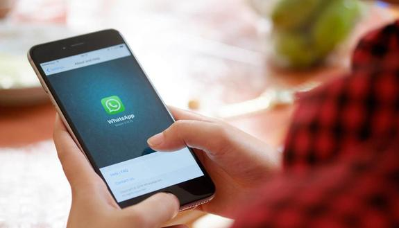 WhatsApp: vietate le chat tra studenti e professori