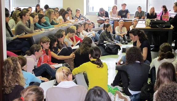 Troppi studenti, l'aula scoppia: prof universitario sospende il corso