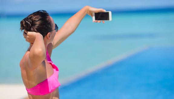 """Vacanze? Foto sui social """"taroccate"""": ecco su cosa si mente di più"""