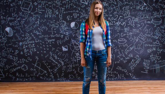 Vietato vestirsi male a scuola: no a magliette e jeans strappati