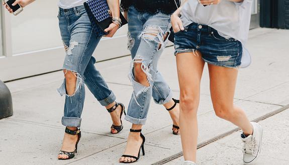 Vietati jeans strappati e infradito a scuola: il perché ti stupirà