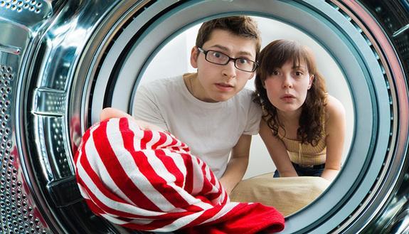Come fare lavatrice senza rovinare i vestiti? 5 trucchi per fuori sede in crisi