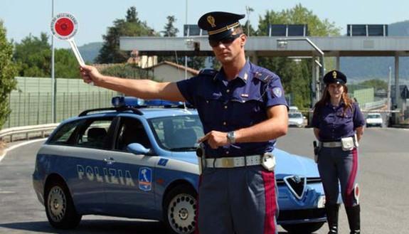 Chiede informazioni e gli ritirano la patente: il motivo è stupefacente!