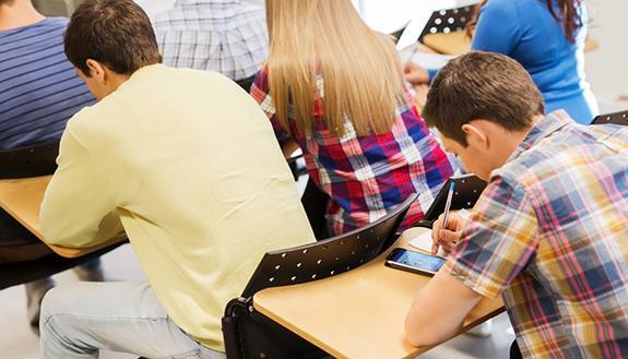 Sorpreso alla Maturità con lo smartphone: fa ricorso e viene promosso