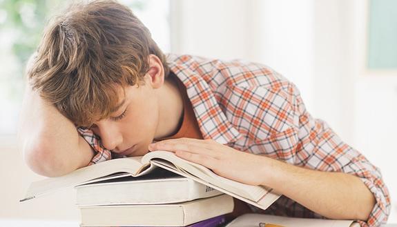 Tanto da studiare? I trucchi per ritrovare l'energia se ti senti sempre troppo stanco
