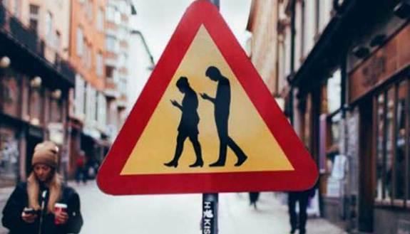 Se usi lo smartphone per strada rischi la multa