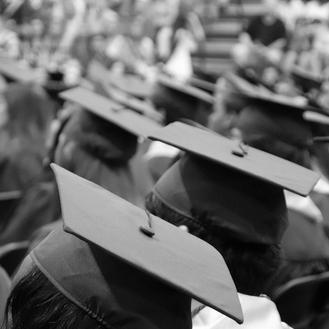 Frasi per laurea divertenti: i migliori auguri in rima e a sfottò da dedicare