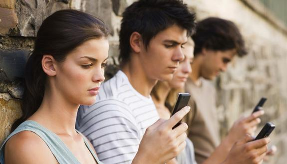 Italiano e social network, un amore possibile: GenZ attenta alle virgole quando scrive online