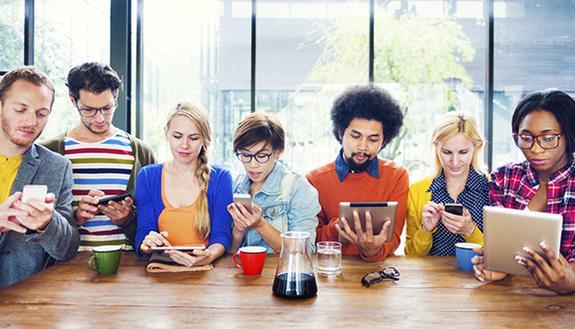 Giovani e tecnologia, il 40% controlla lo smartphone ogni 10 minuti