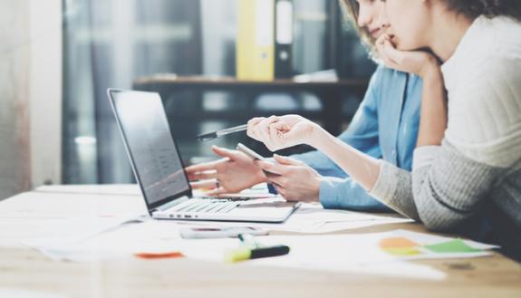 Lavoro: le donne sono più brave degli uomini negli studi, ma guadagnano di meno