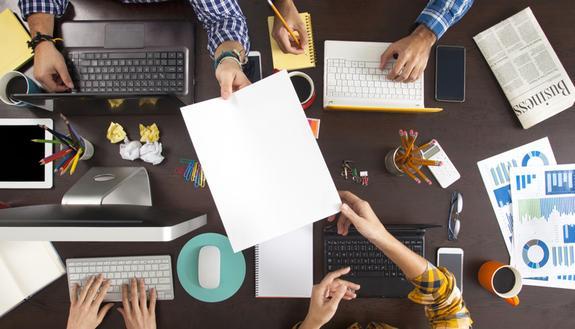 Lavoro, le soft skills per essere assunti: lavoro di gruppo e capacità nell'orientamento al servizio