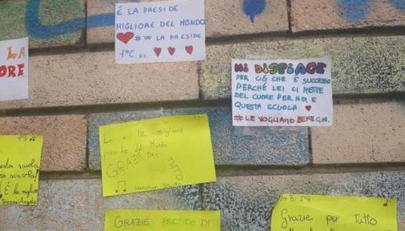Milano: insulti sul muro contro la preside, gli studenti li coprono con i post it