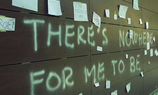 Scrive una frase disperata sul muro del liceo: si riempie di messaggi dei compagni