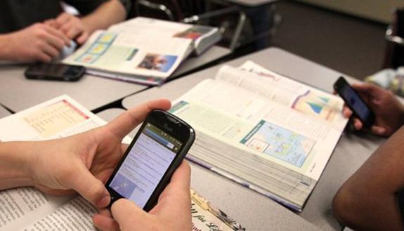 Smartphone a scuola, la Francia li vieta per legge. Mentre in Italia 1 studente su 2 li usa con i prof