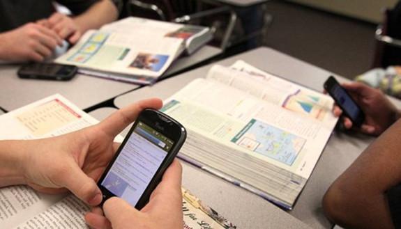 Smartphone a scuola: arriva il decalogo, ma nelle classi è già una realtà