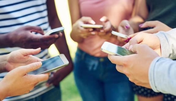 """Giovani """"affamati"""" di Giga, nel panico senza la Rete. Instagram, WhatsApp e le App di streaming musicale sono irrinunciabili"""