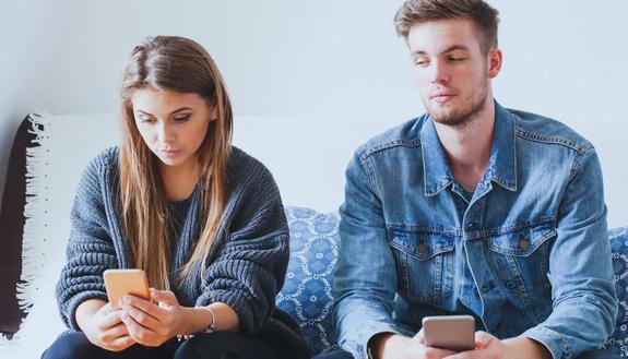 Cosa fare se il tuo fidanzato vuole controllare sempre smartphone e social?